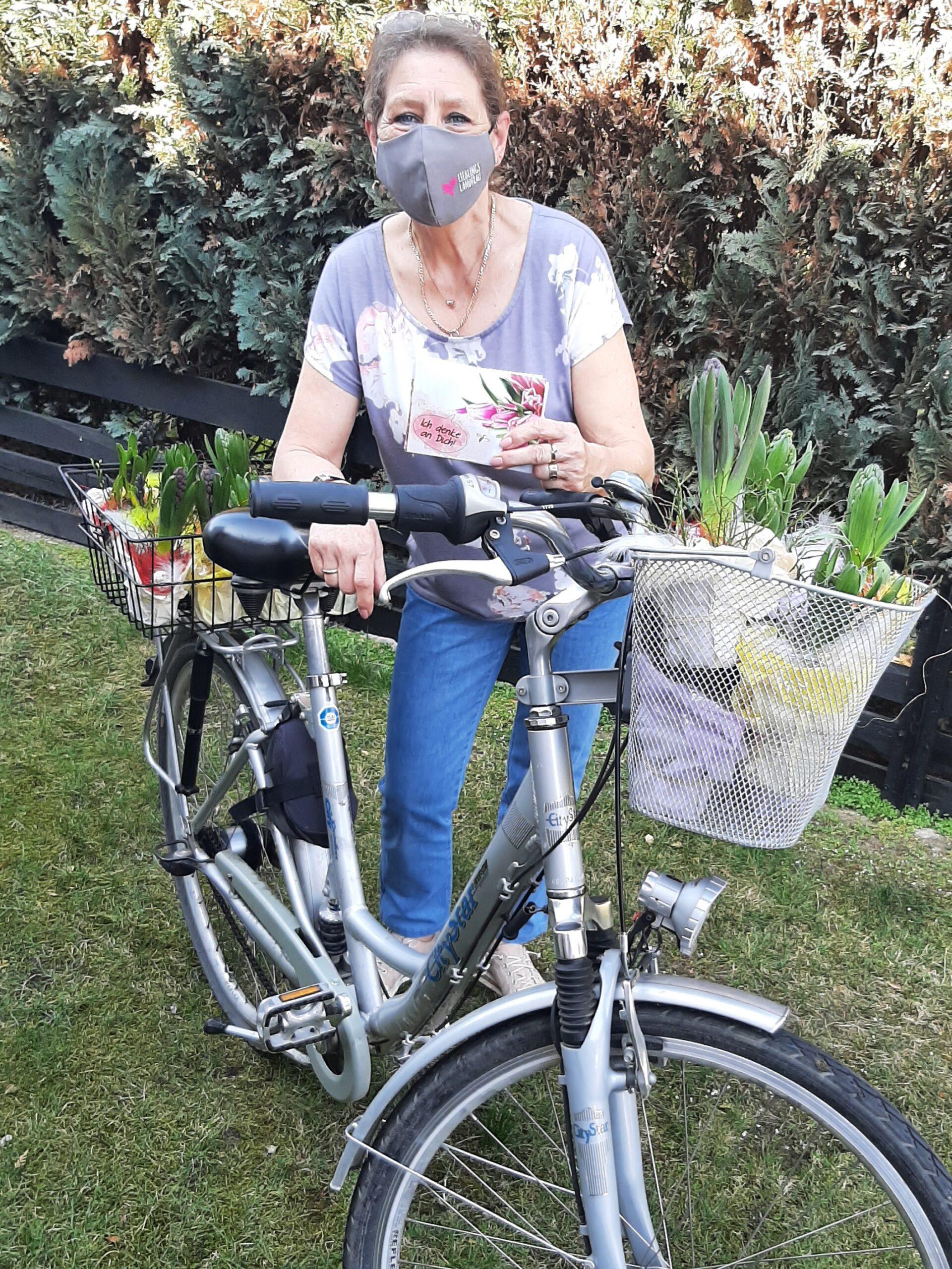 Transportiert wurden die Blumengrüße mit dem Fahrrad bei strahlendem Sonnenschein (Quelle: Privat)